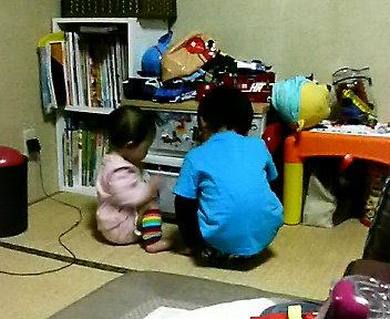 仲よくおもちゃを選ぶ2人