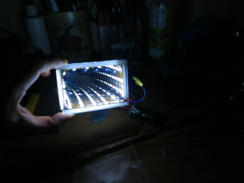 テープLEDはたまたま机の上にあったありあわせのもので作りましたが、黒or白ベースのもののほうがよさそうですねw 全面発光LED やELシートを使っても面白いかも♪