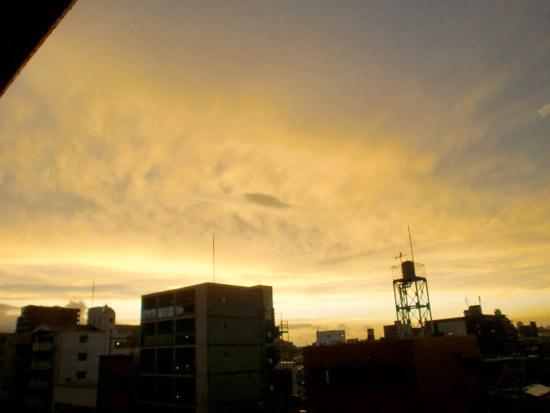 虹の西側の夕焼け