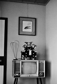 E3-06Aテレビと五月飾り(東郷町・昭和41年頃)提供=樋口敬二氏_convert_20101104162404