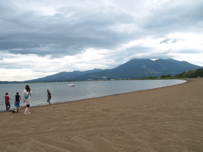天神浜(猪苗代湖)と磐梯山