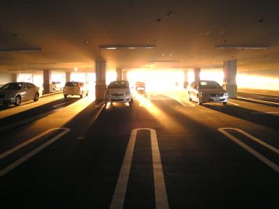 駐車場に射し込んだ夕陽の光