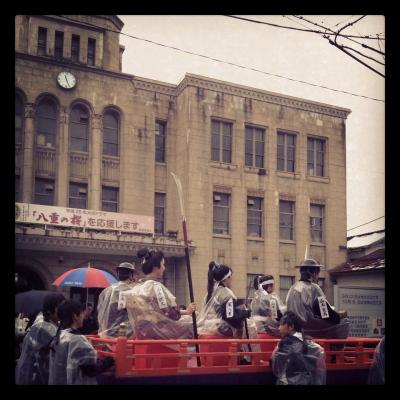 八重とその家族@会津若松市役所前