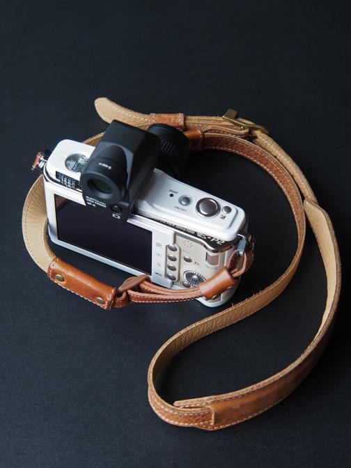 オリンパスPEN E-P2ホワイト+ACRUのフルレザーカメラストラップ
