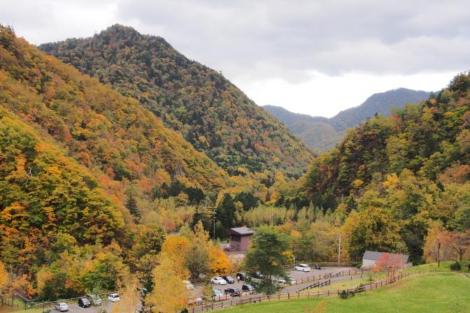 定山渓ダム資料館駐車場から望む山々の紅葉