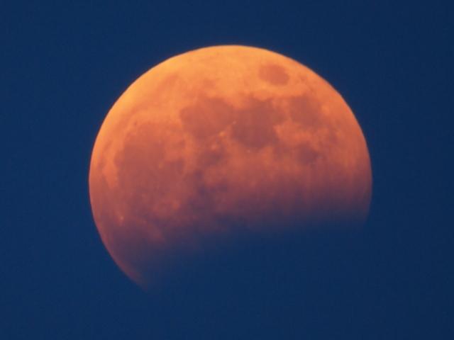 藻岩山展望台から望む月食