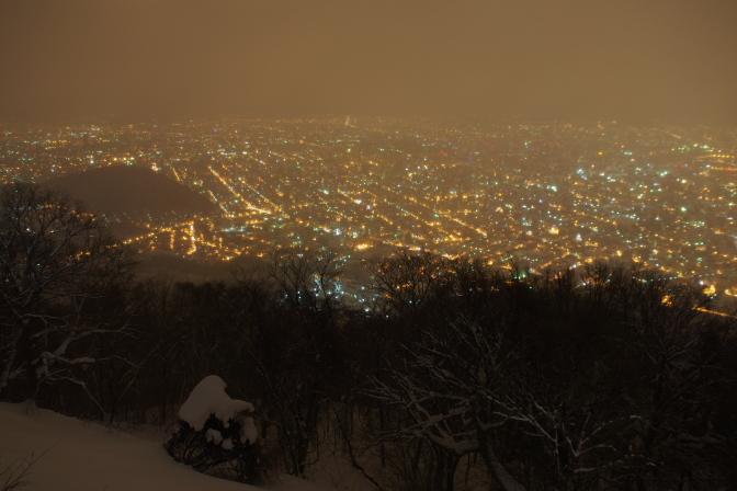 雪に霞む円山
