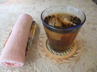 冷たい麦茶とキンキン冷たいおしぼり