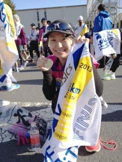 2013東京マラソンゴールしてメダルと一緒に