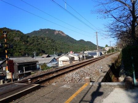 陶山神社踏切から見た英山(2012-10-19)