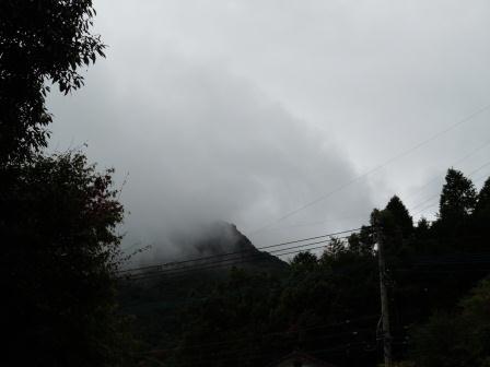 雨雲の英山