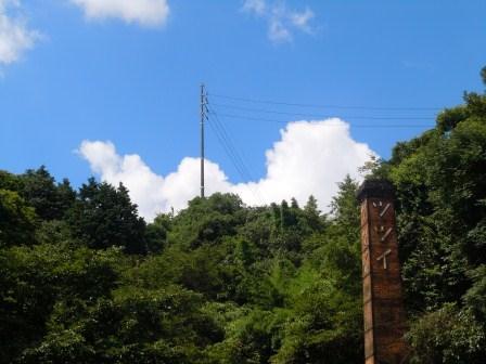 夏の雲と煙突