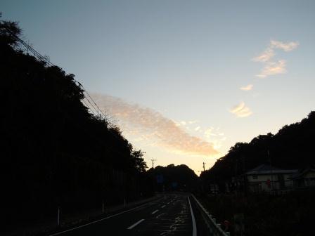 泉山バス停からの朝陽(2012-10-13 06:25)