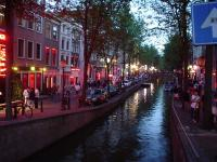 800px-Amsterdam_red_light_district_24-7-2003.jpg