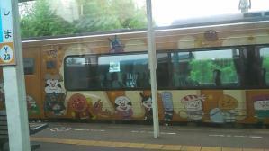 アンパンマン列車って有名らしいね、ワシはこれ見るまで知らなかったが。プレイルームの車両もあるようだし、我が子達が小さければ連れて行ってもよかったなw ← もう、そんな歳ではない=3