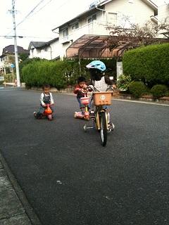 道路で遊ぶ1