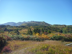 黒岩平から朝日岳を望む