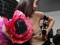 """""""中国一のヌードモデル"""" 干露露がインタビュー中に服がずり下げられ下着が出ちゃうハプニング"""