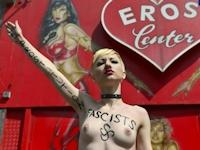 FEMENがドイツ・ハンブルクの風俗街でトップレス抗議