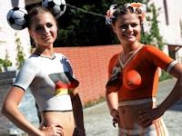 オランダとドイツの女性サポーター2人がトップレス・ボディーペイントで応援【Euro2012】