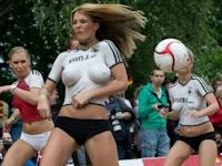 ドイツでポルノ女優らがトップレス・ボディーペイントでサッカー対戦 【Euro2012】