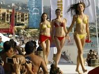 レバノンのビーチで水着ファッションショー開催