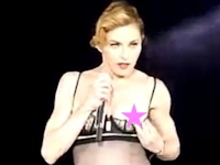 マドンナがパリのライブで再び乳首出し