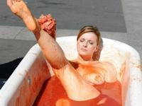 美女がトマトソースを入れたバスタブで入浴して動物実験に抗議