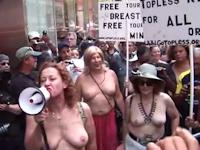 ニューヨークで女性20人がおっぱい出して「女のトップレスもOKにしろ」と抗議活動 【動画あり】