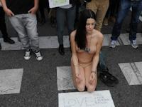 スペイン国会議事堂近くで「怒れる者」運動の女性がトップレス抗議