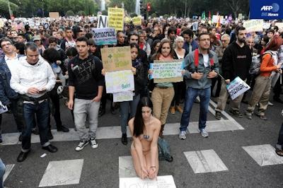スペイン「怒れる者」運動、議事堂近くでトップレス抗議も -AFPBB News
