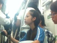 中国の地下鉄で美少女がひざまくらしてたらしい