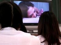 中学校の女性教師が授業中に誤って自分のセックステープを上映