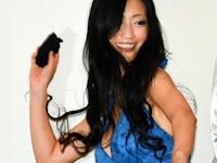 壇蜜が映画の初日舞台あいさつで客席に脱ぎたて黒パンティを投げる