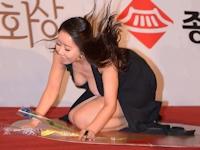 韓国の新人女優 ハ・ナギョン がレッドカーペットで転んでポロリ