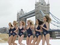 極寒のロンドンでモデルが水着姿でビーチリゾートのプロモーション