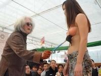重慶で還暦を迎えた芸術家8人がボディペインティングイベントを実施