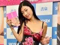 壇蜜がランジェリー姿で初エッセイ「蜜の味」発売記念イベントでチョコ+パンティ+コンドームを配布