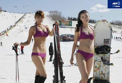 スキー場で水着、寒くても笑顔のミスコン出場者たち 中国 -AFPBBNews