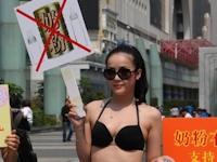 中国・深センで若い女性がビキニ姿で母乳の使用を呼びかけ
