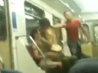 モスクワの地下鉄車内で馬乗りでイチャつくカップル → 女性がズボンを脱いでおっぱじめそうになった所で横の男がキレて女をどついてる動画