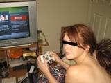 ゲームする西洋美女 ヌード画像 1