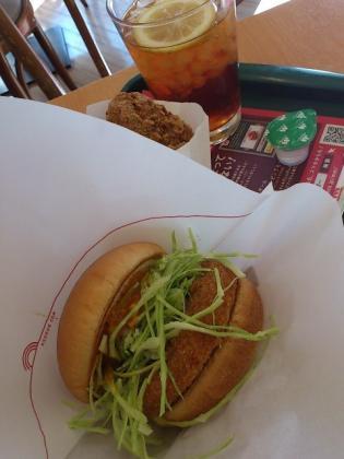 モスバーガー、期間限定カレーチキンバーガーオニポテセットと黒胡椒チキン2