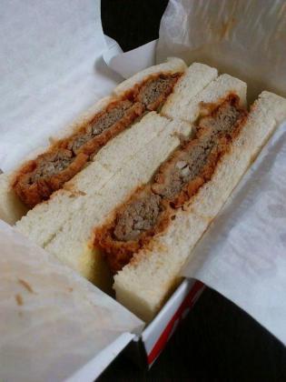肉の万世のハンバーグサンド1