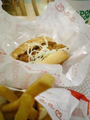 ドムドムハンバーガーダイエー三ツ境店で期間限定のきのことクリームソースの サクッサク チキンバーガー セット。2