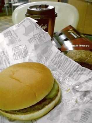 マクドナルド大和深見店にてハンバーガーと三角チョコパイとプレミアムローストコーヒー(S)。 5