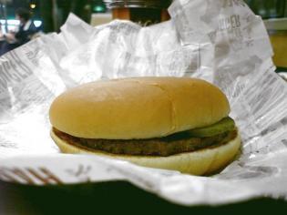 マクドナルド大和深見店にてハンバーガーと三角チョコパイとプレミアムローストコーヒー(S)。 6
