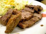 松屋で松屋角切りステーキ定食690円。(大盛、特盛無料サービス時)