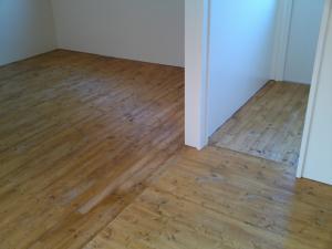 床にニスを塗ってみた