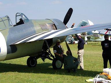 F4Fの翼の蔭で一休みタイヤを椅子にして大丈夫downsize